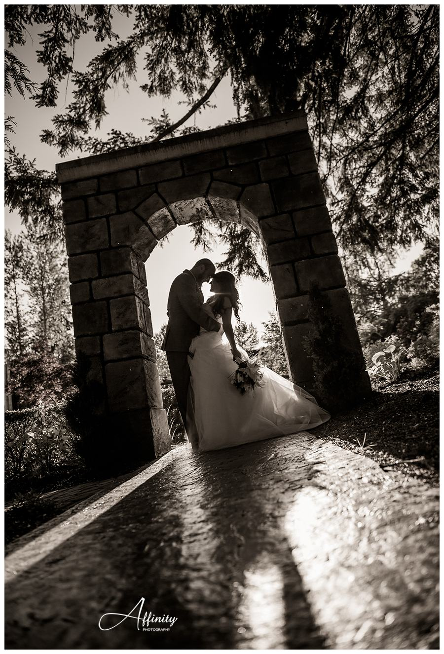 43-groom-bride-kiss-silhouette.jpg