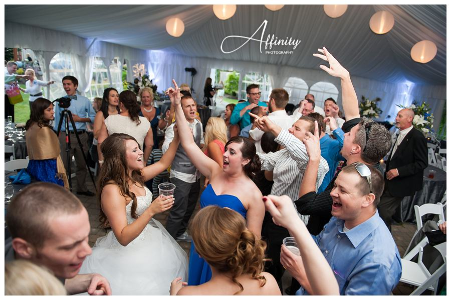 49-bride-dancing-with-friends.jpg