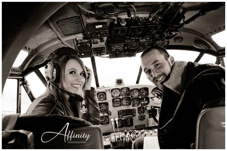 10-cute-couple-in-airplane-cockpit.jpg