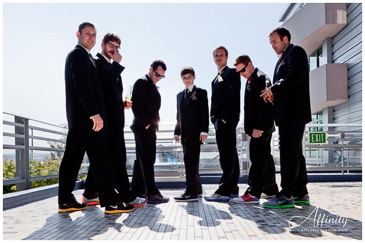 008-groomsmen-groom-new-shoes.jpg