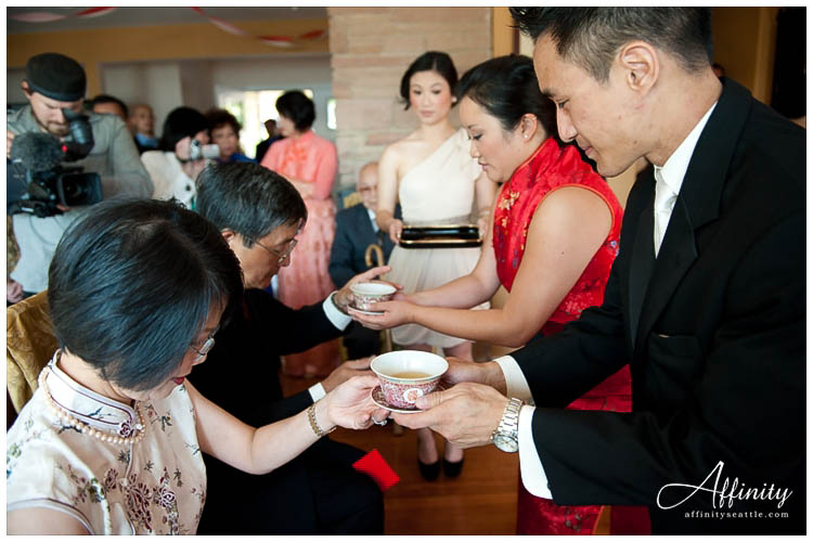 014-bride-groom-give-tea-to-parents.jpg