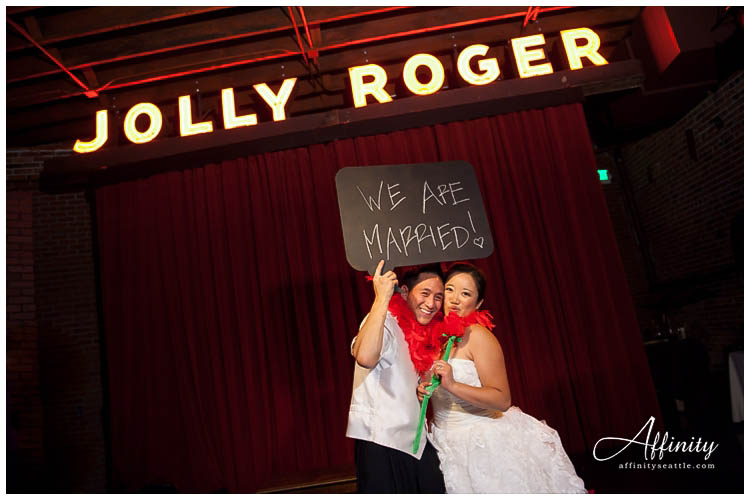 083-bride-groom-hold-wedding-sign.jpg