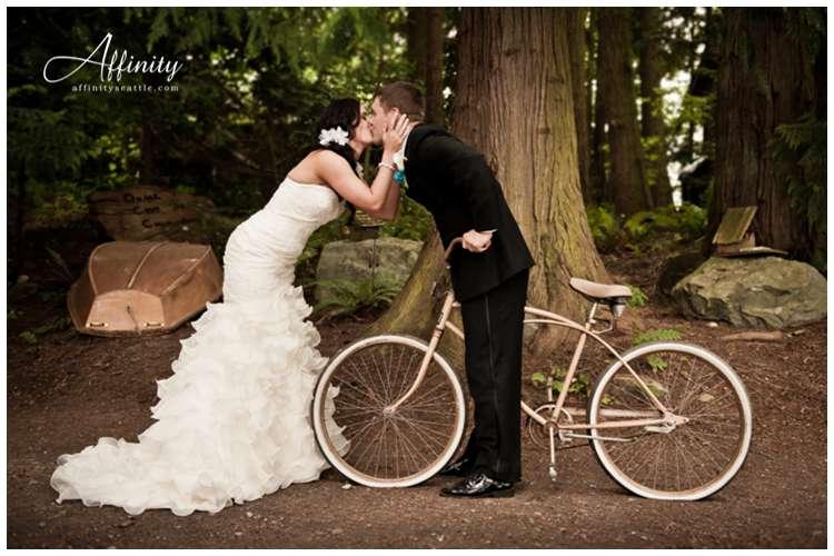 022-bride-groom-kiss-bicycle.jpg