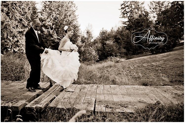 13-bride-groom-walk-old-bridge.jpg