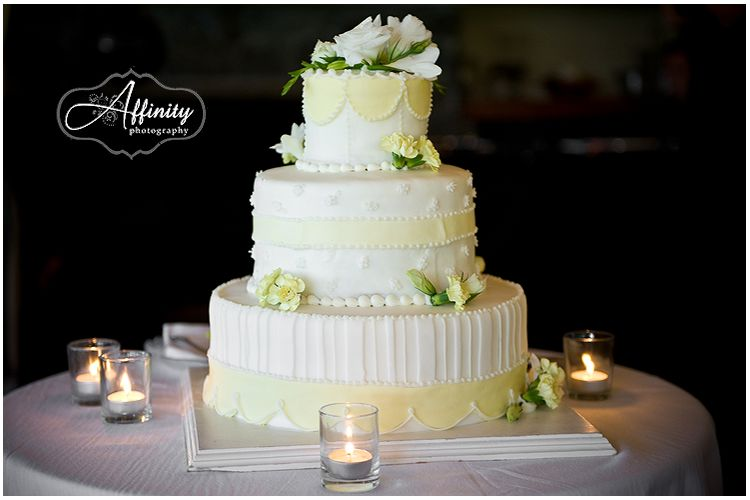 16-white-yellow-wedding-cake.jpg