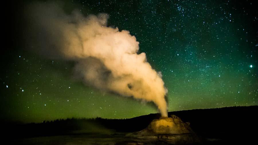 castle-geyser-yellowstone-night-stars.jpg