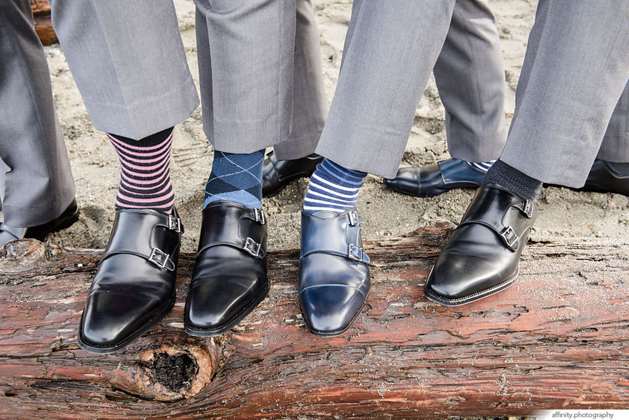 16-groomsmen-shoes-beach.jpg