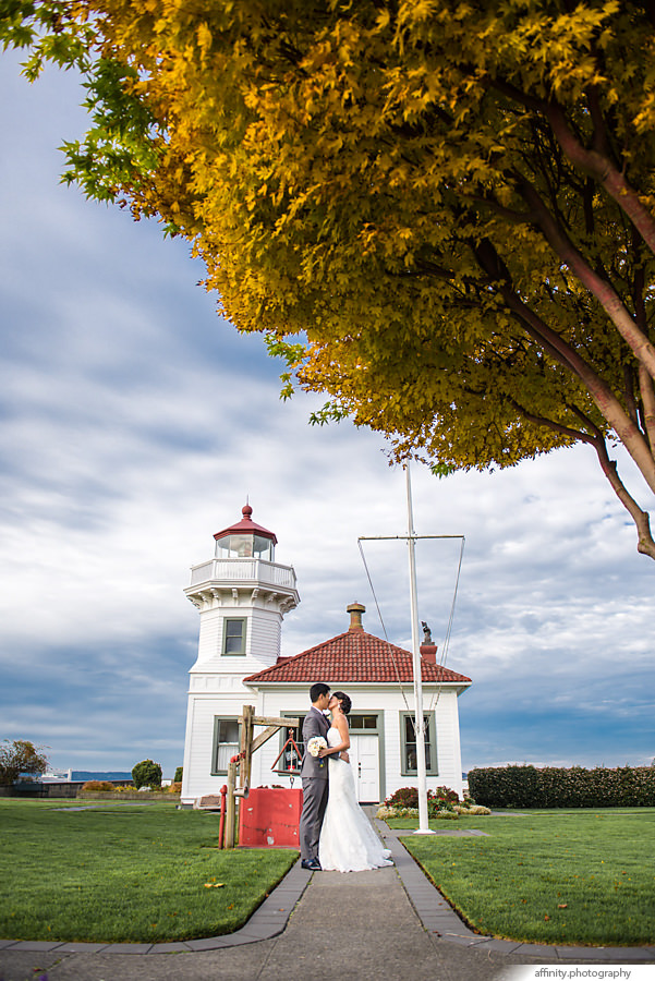 20-bride-groom-kiss-lighthouse-tree-blue-sky.jpg
