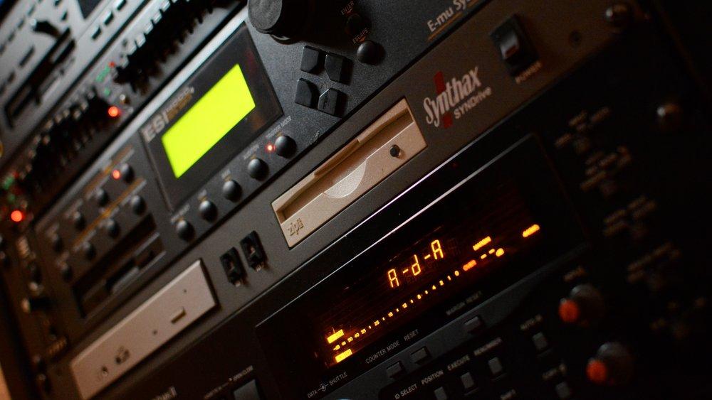 Audio Restauration - Wind, Flugzeuge und andere ungewollte Geräusche entfernen wir und machen schlechte Aufnahmen mit allerneuster Technik und viel Erfahrung wieder kristallklar.