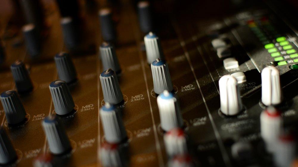 Mischung - Wir mischen den gesamten Mix, egal ob für Mono, Stereo oder Surround. Weltweit Standard-Konform und präzise abgestimmt auf das Wiedergabemedium, egal ob Kino, Radio, Fernsehen oder Online Video.