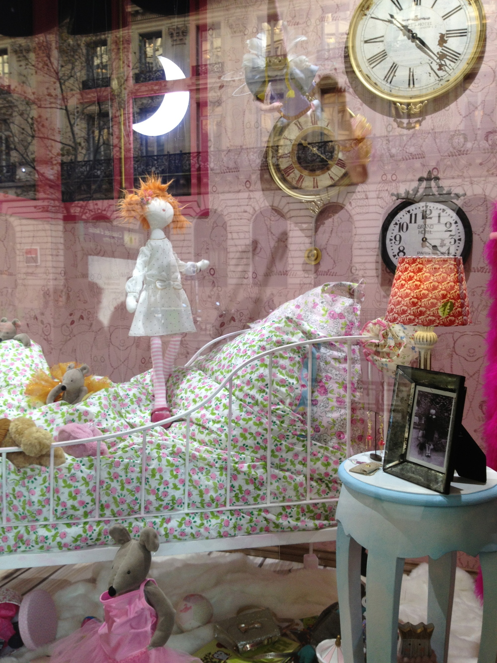 The window displays at Galeries Lafayette were just amazing. Each doll/soft toy was mechanically moving their limbs!