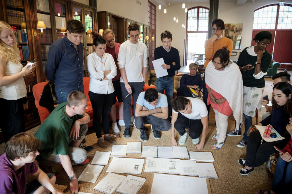 The whole group meets for criticism. Everything on the course is done by hand. Photo: Jonas Malmström