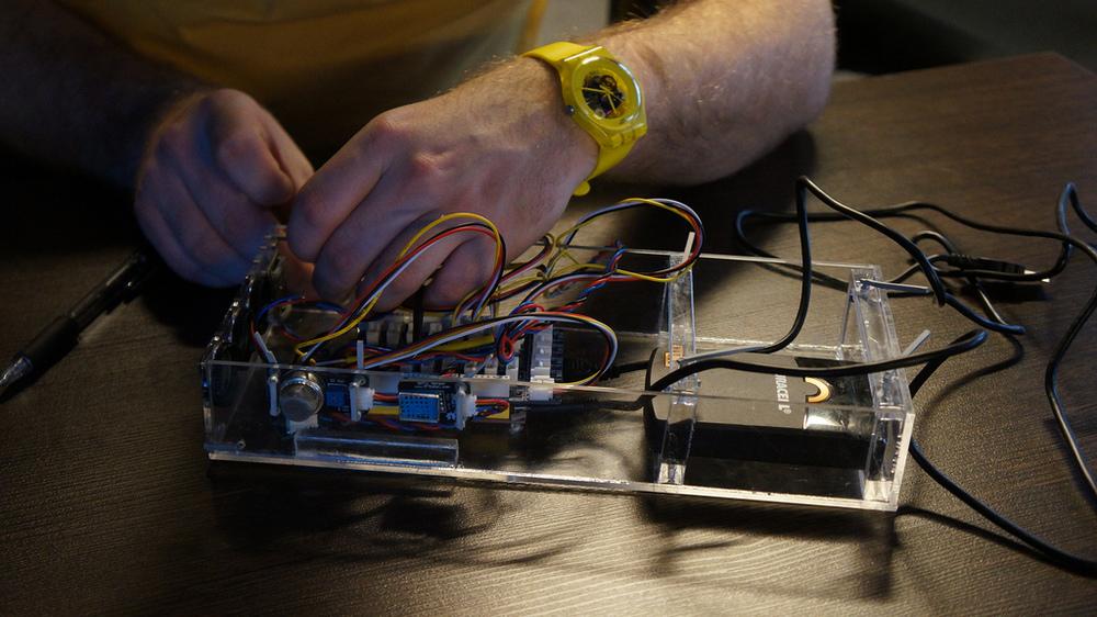 Eduard assembling one of the first device prototypes | Эдуард собирает один из первых прототипов устройства