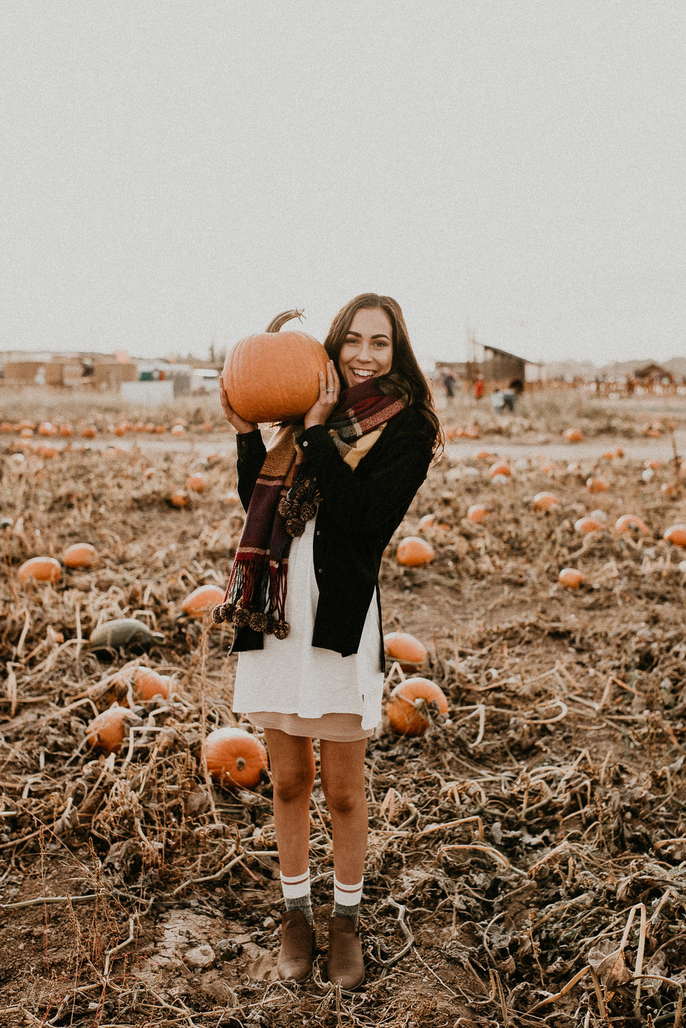 Boise Senior Boudoir Wedding Photographer Makayla Madden Photography Idaho Farmstead Corn Maze Fall Portrait Outfit Ideas Inspiration Plaid Scarf Pumpkin Patch Halloween Senior Session Ideas