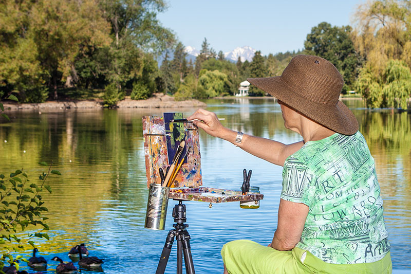 An artist paints Mirror Pond in Bend. Photo by Jill Rosell