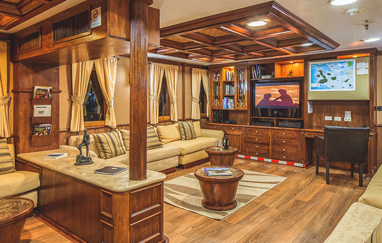 yacht-2.jpg