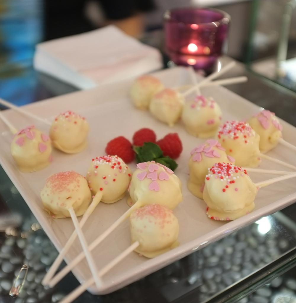 Liz_Nehdi_SS15_W&B_Party_CakepopsWEB.jpg