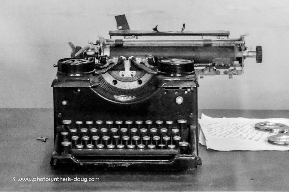 old typewriter-7776.jpg