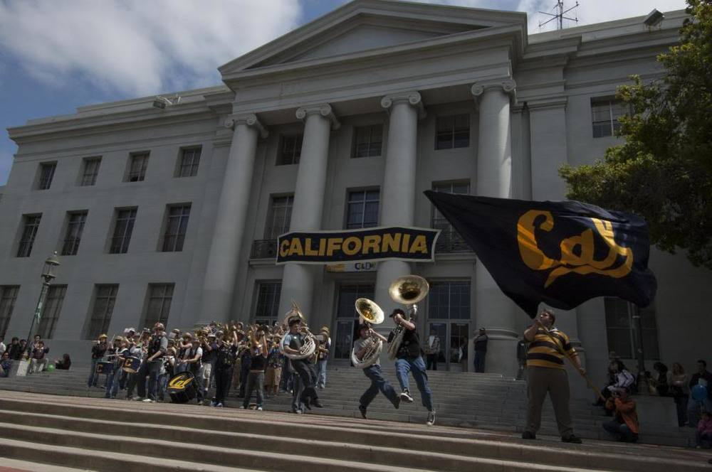 Cal Band leading cheers in Sproul Plaza