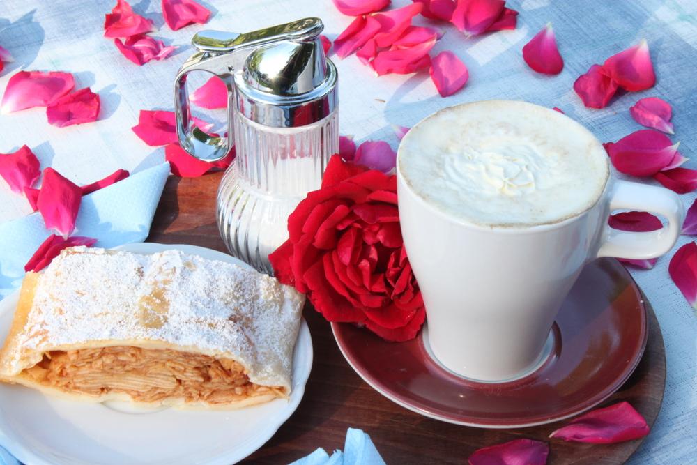 Kaffee & hausgemachter Kuchen