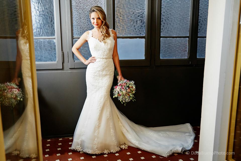 Novia con el vestido blanco y el ramo preparándose para la boda