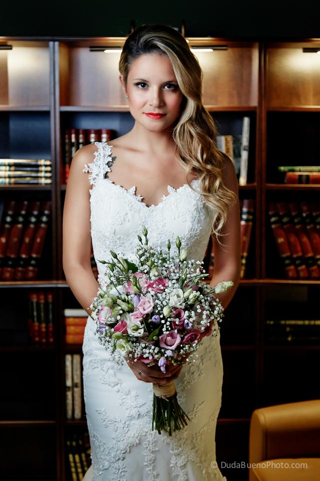 Retrato de la novia antes de la boda con el ramo de flores