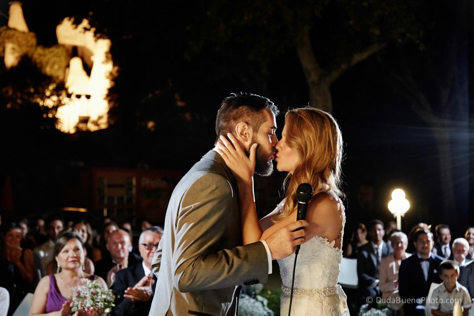 Primer beso de los novios en la boda