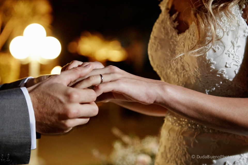 Poniendo el anillo de boda en la novia