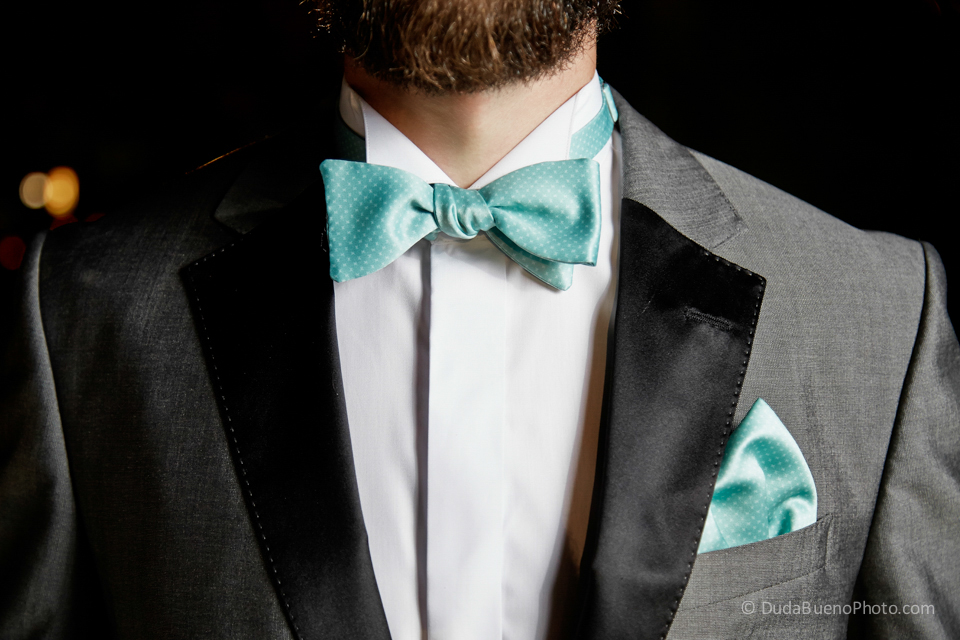 Novio con pajarita (bow tie) antes de la boda