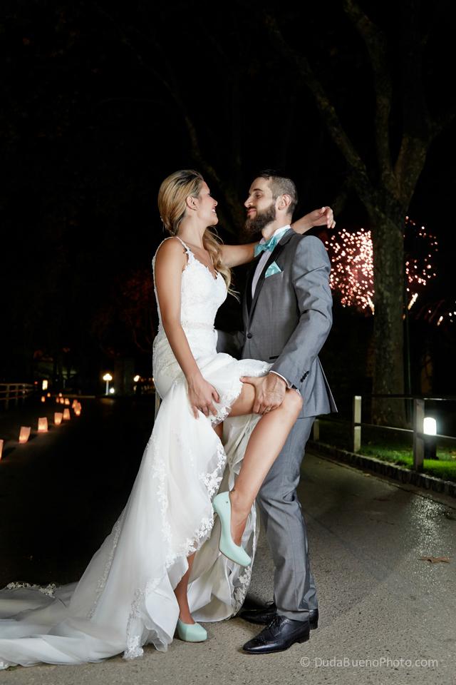 Novios enamorados despues de la boda