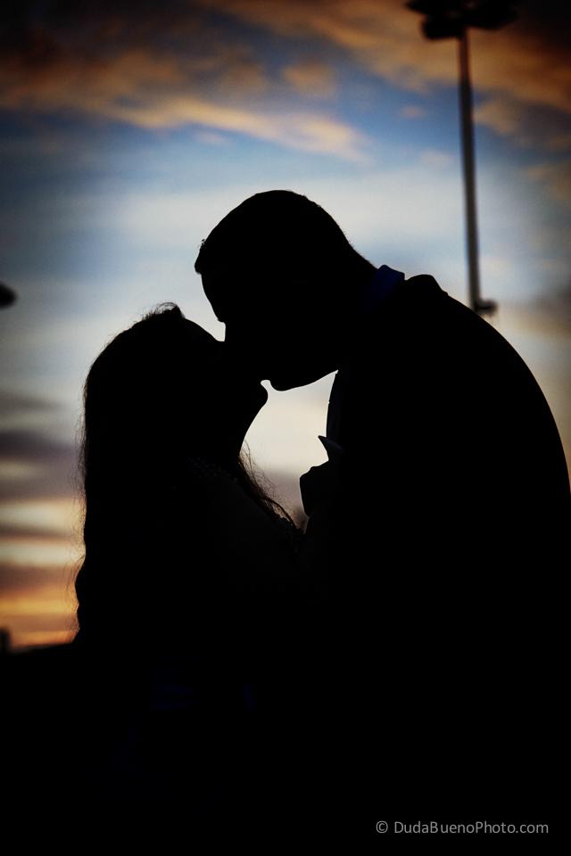 novios besándose en el ocaso