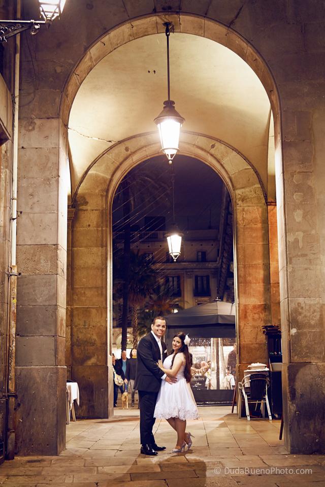 Pareja de novios después de la boda en Barcelona