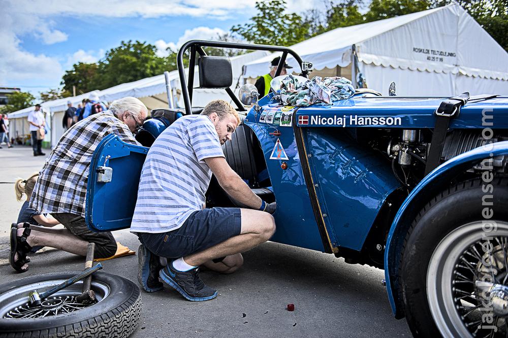 Bremserne får hældt ny bremsevæske på og luftes ud i pitområdet.