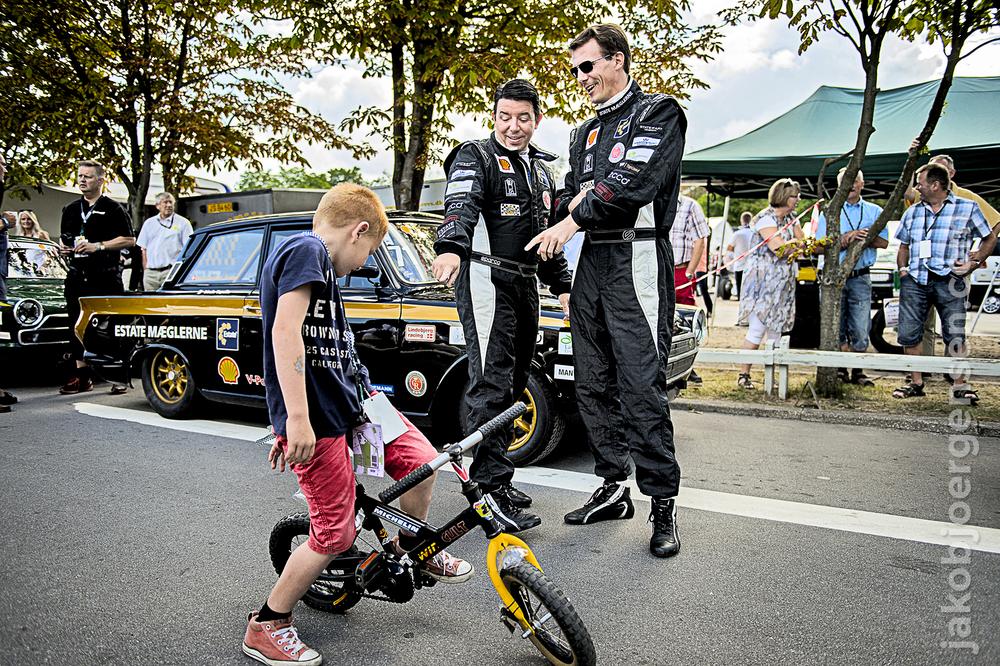 Prins Joachim og Oscar Davidsen Siesbye beundrer en drengs cykel. Det ligner umiddelbart en scene fra Krysters Kartel, men de to var imponerede af cyklen, og det virkede ikke til at drengen anede hvem Prins Joachim var.