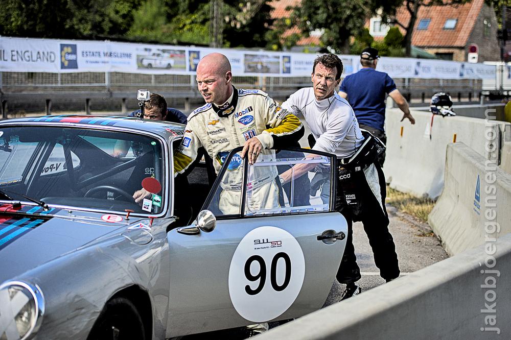 Jan Magnussen får hjælp af Prins Joachim til at få den havarerede Porche væk fra banen og ind i sikkerhed. Senere var det Prinsens tur til, ligesom sidste år, at havarere sin Cortina.