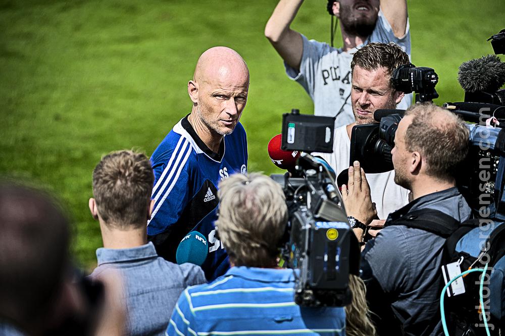 Pressemøde på græsset. Pressen var massivt tilstede, og Ståle svarede på et utal af spørgsmål fra nysgerrige journalister.