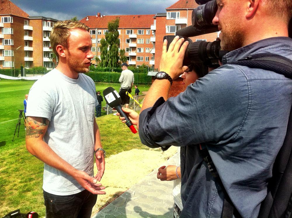 (Iphone-foto)  Min kollega, journalist Jon Pagh fra Ekstra Bladet, bliver her interviewet til norsk TV2.