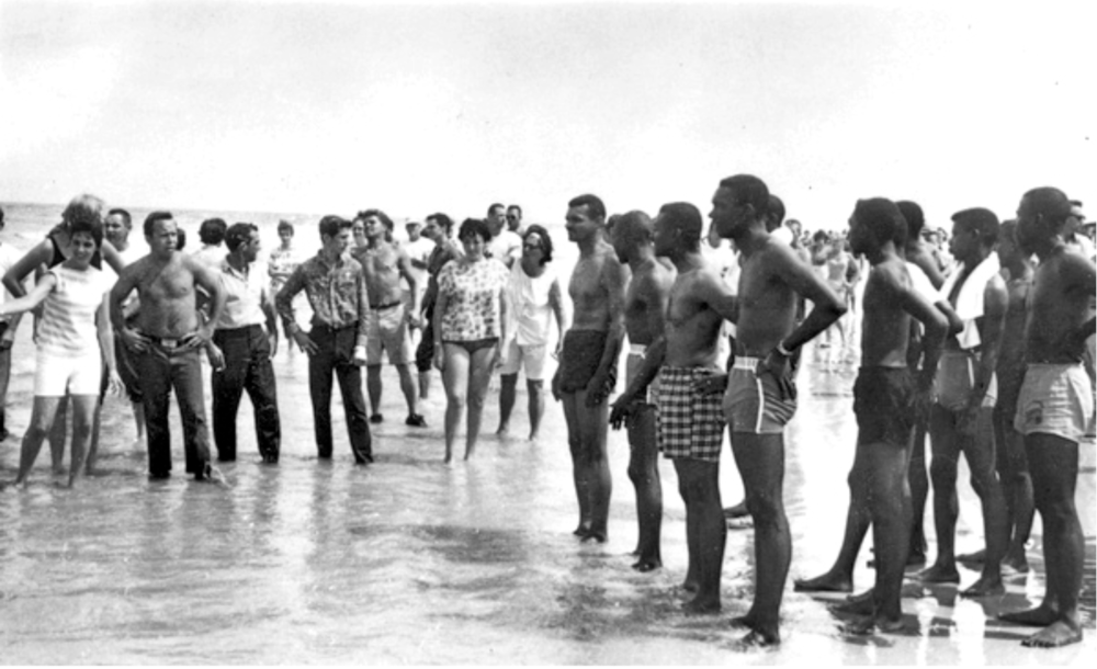 [STATE ARCHIVES OF FLORIDA] CONFRONTATION B_T INTEGRATIONISTS + SEGREGATIONISTS AT ST. AUGUSTINE BEACH 1964.png