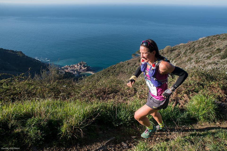 Sally McRae  del Team NIKE Usa al passaggio sopra Vernazza nell'edizione del 2015