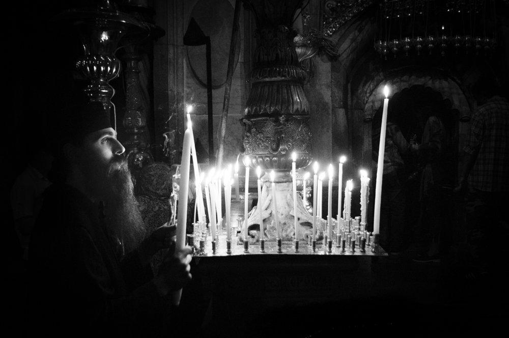 Gerusalemme: prete ortodosso all'interno del Santo Sepolcro
