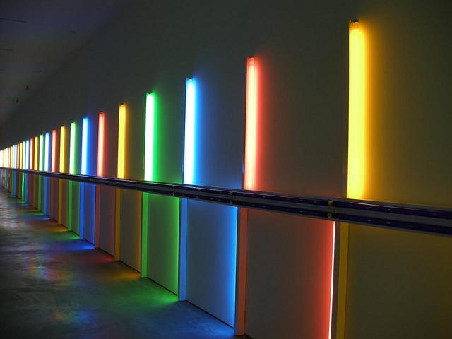 dan-flavin-moda-fluor-fashion-neon-design-diseno-arte-art-tendencia-trends-modaddiction-artista-artist-luz-lights-exposicion-exhibition-fluo-walter-steiger-2.jpg