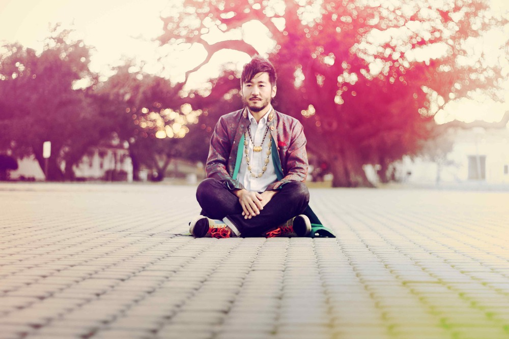 Kishi Bashi on a pavement, 2014.