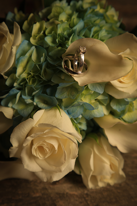 Bouquet and rings photo studio