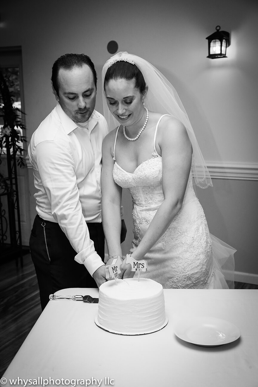 cut-wedding-cake-detour-winery.jpg