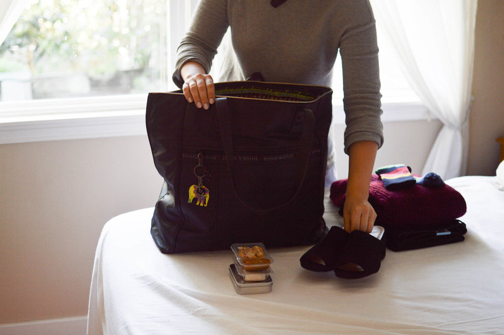 Holiday Travel Essentials with Sakroots via. www.birdieshoots.com