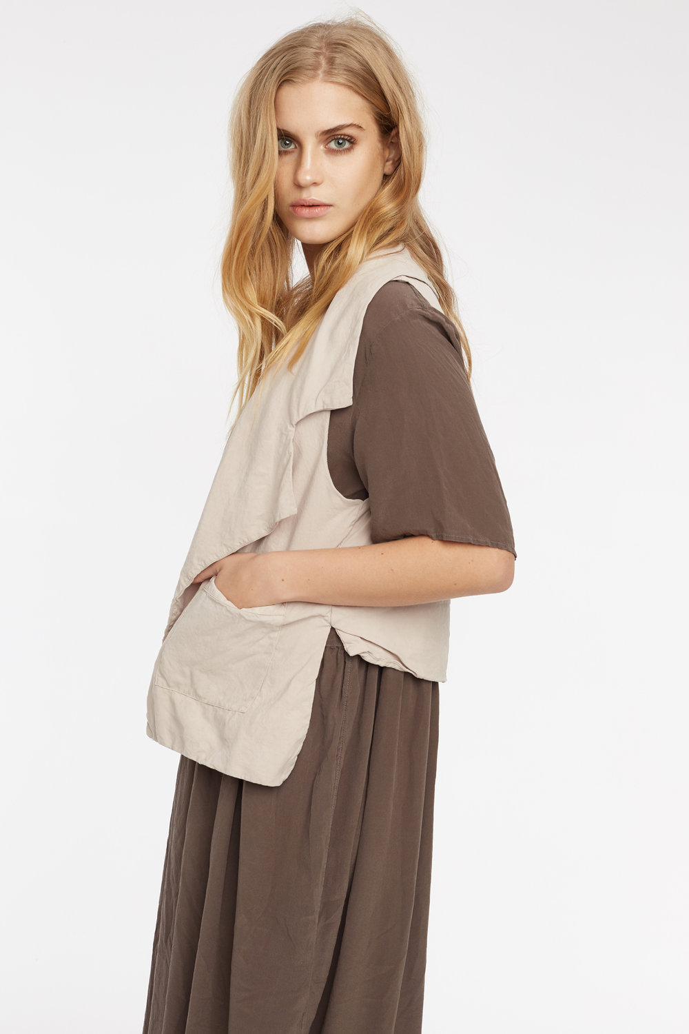 GRUNDY DRESS WOODEN. ARTE VEST TAUPE