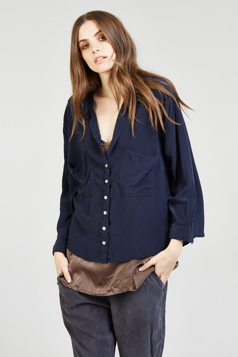SUNCHASER CAMI WALNUT. CROPPED SHIRT NAVY. POCKET PANT NOIR