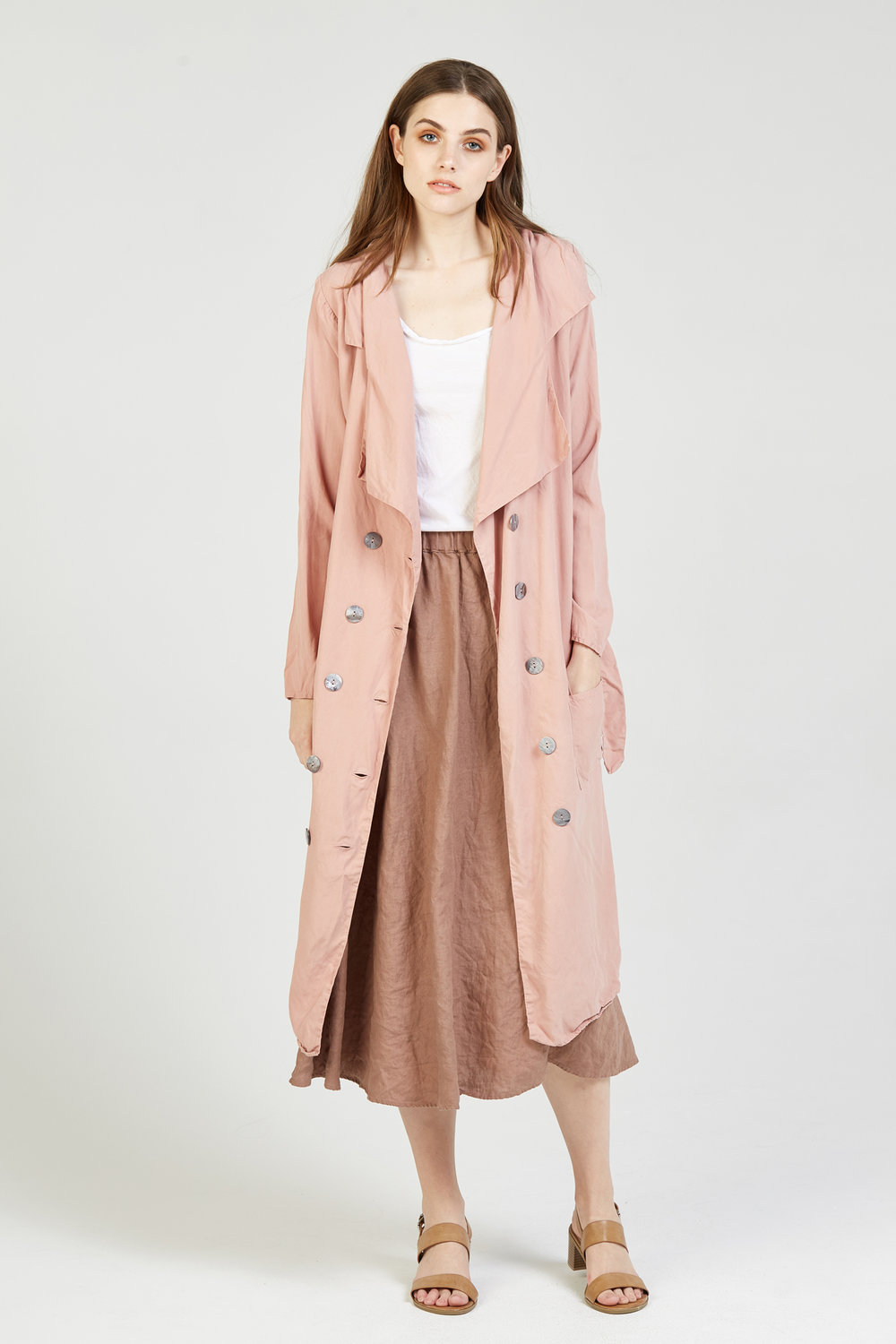 RACER TANK BLANC. LINEN SKIRT FUDGE BROWN. TRENCH ROSEWOOD