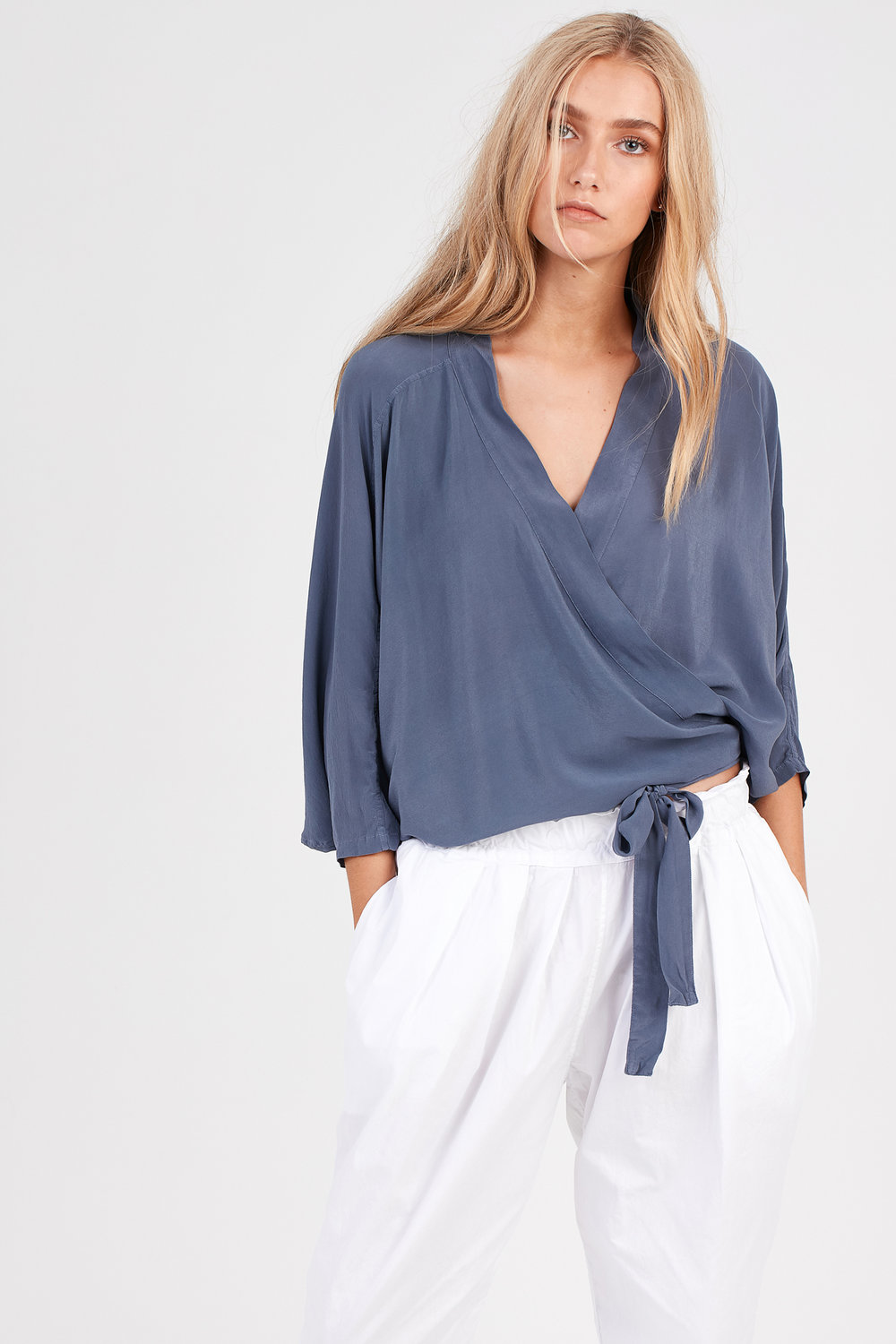 FLUTED TOP CHALK BLUE. COCOON PLEATED SLACK BLANC