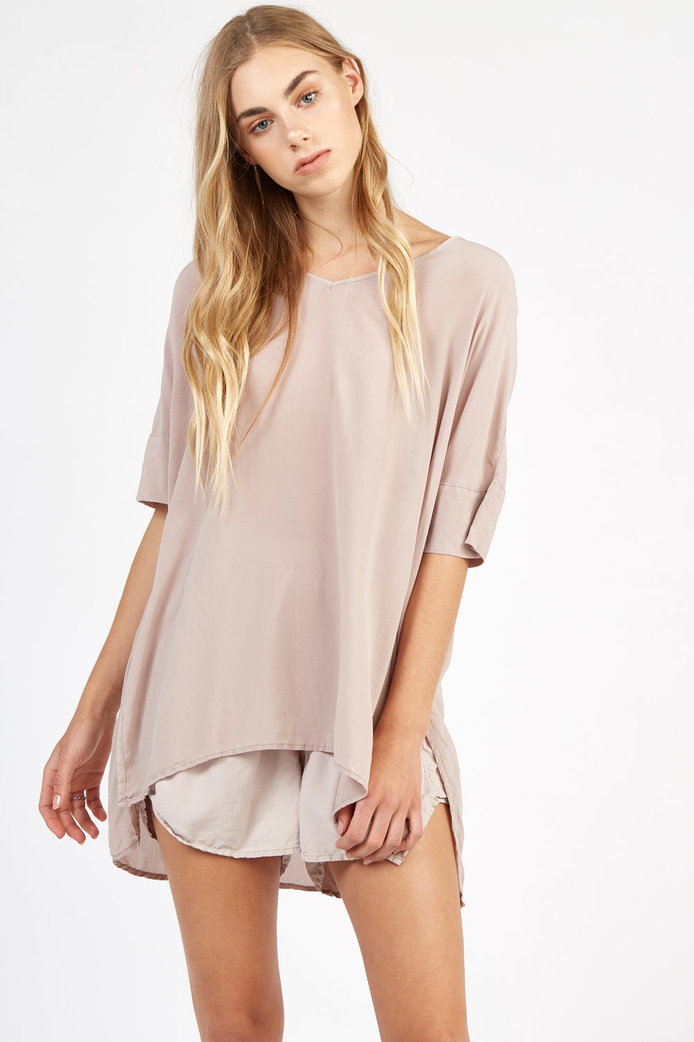 WILLA TOP TAUPE. LIMMY SHORT SANDY